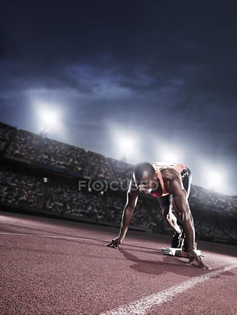Бігун готові на стартовій лінії на трек — стокове фото
