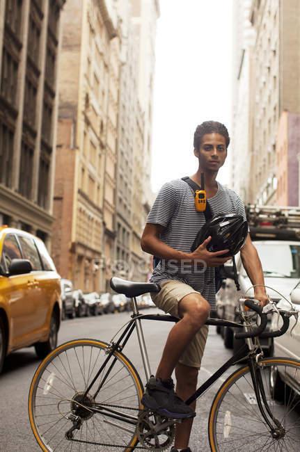Homme posant à vélo sur la rue de la ville — Photo de stock