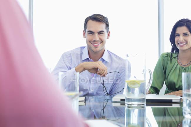 Geschäftsmann lächelt bei Meeting im modernen Büro — Stockfoto