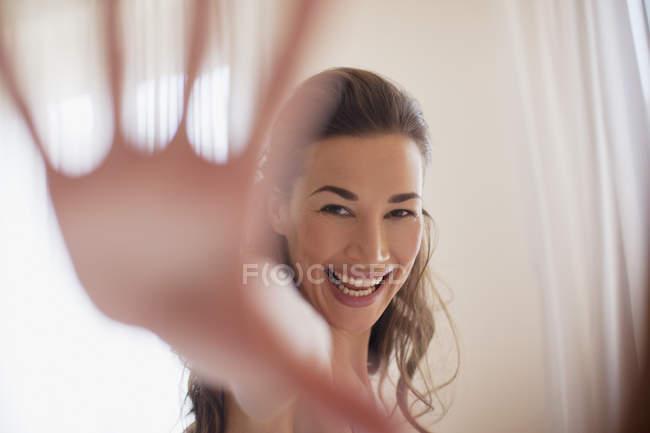 Ritratto di donna sorridente con mano tesa — Foto stock