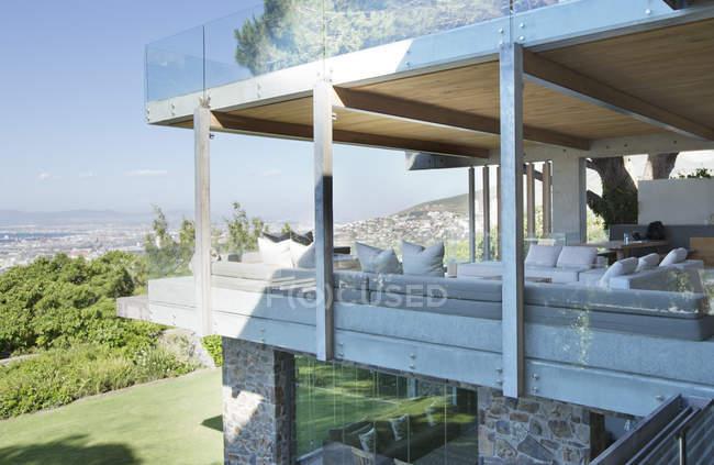 Стеклянные стены современного дома — стоковое фото