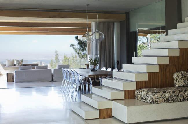 Scala in casa moderna — Foto stock