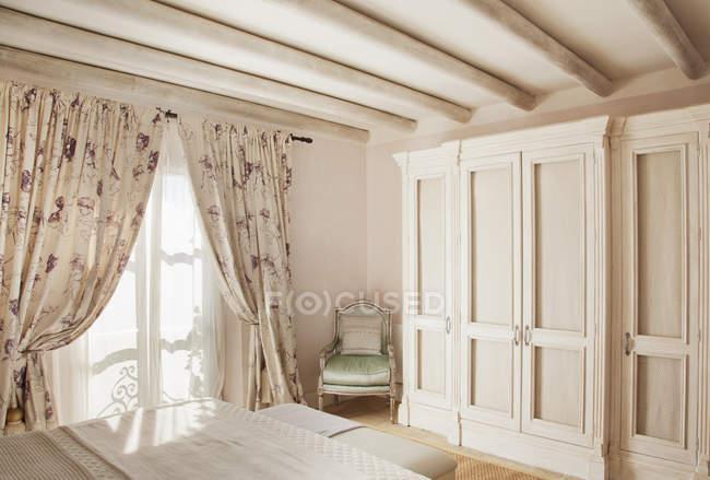 Sol brillando a través de la ventana en habitación de lujo - foto de stock