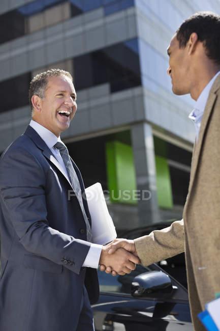 Двоє бізнесменів, потискує руку на відкритому повітрі — стокове фото