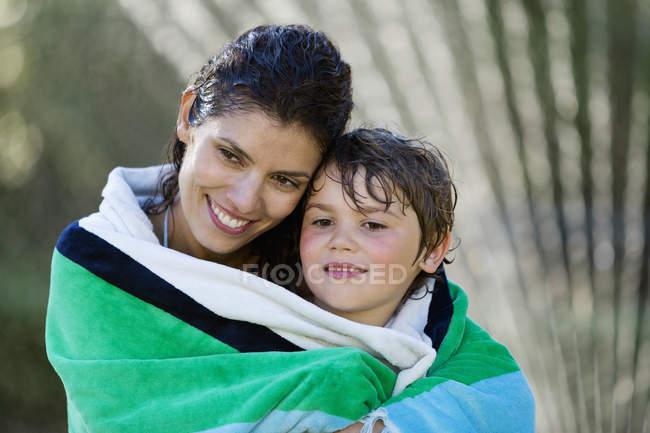Мать и сын завернуты в полотенце — стоковое фото