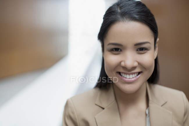 Ritratto ravvicinato di donna d'affari sicura — Foto stock