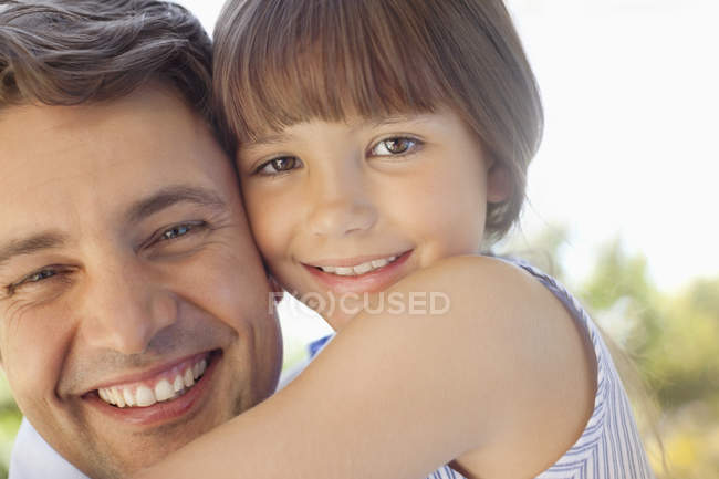 Батько тримає доньку надворі. — стокове фото