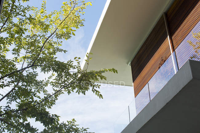 Roofline della casa moderna all'aperto durante il giorno — Foto stock