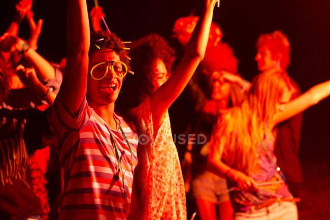 Amici che ballano al festival musicale — Foto stock