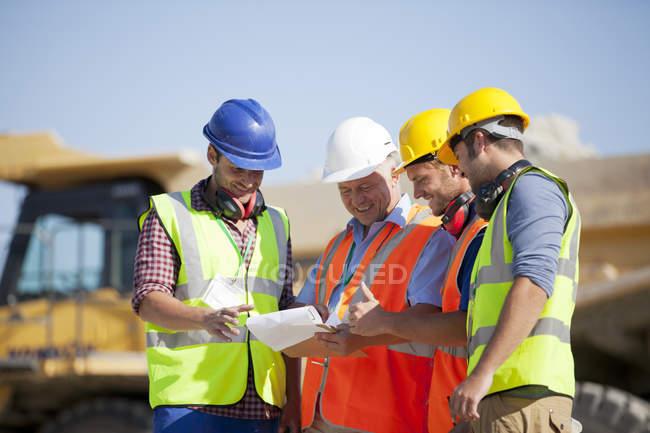 Робітників і бізнесмен говорити в кар'єр — стокове фото