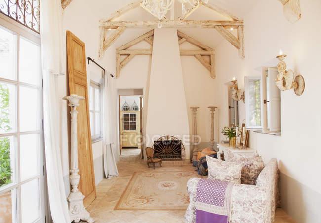 Роскошная гостиная в помещении в дневное время — стоковое фото