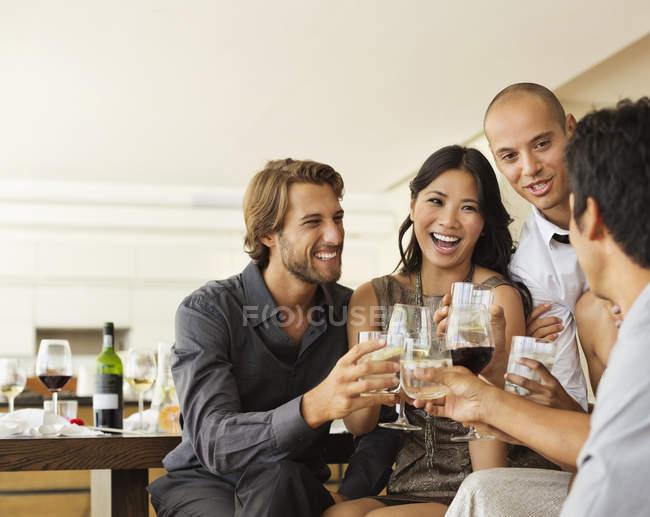 Amigos brindando na festa — Fotografia de Stock