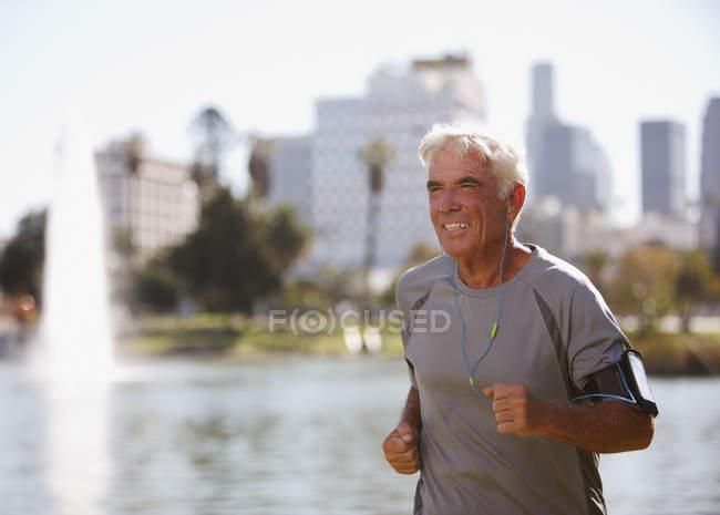 Uomo più anziano che corre all'aperto — Foto stock