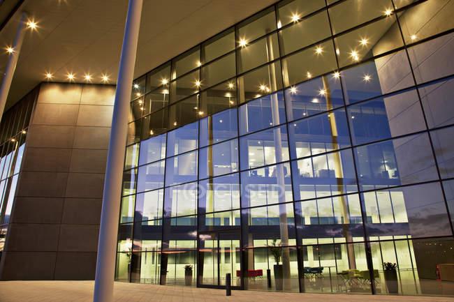 Murs de verre du bâtiment moderne — Photo de stock