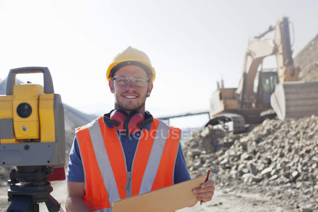 Travailleur lisant les plans dans la carrière — Photo de stock