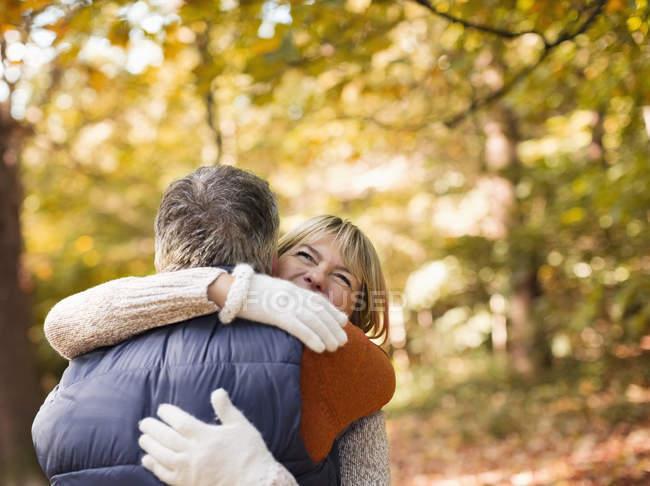 Anziani coppia caucasica abbracci nel parco — Foto stock