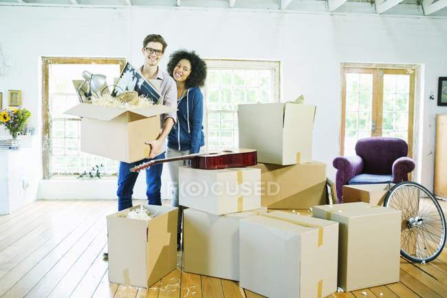 Pareja desembalar cajas en casa - foto de stock