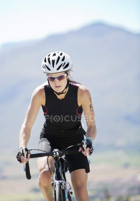Велосипедист сільській дорозі — стокове фото