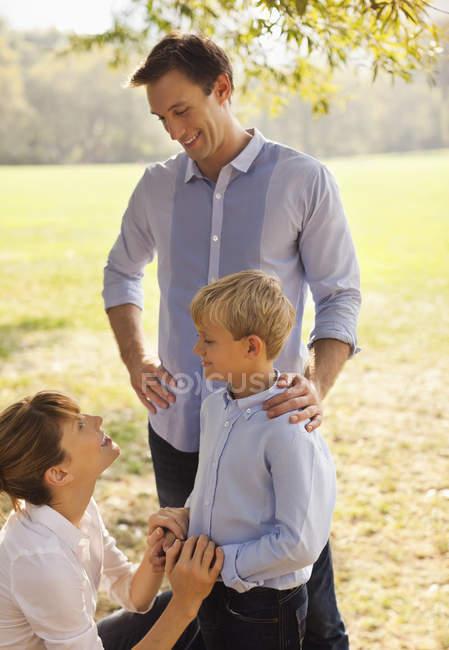 Сім'я розслабляючий разом в парку — стокове фото