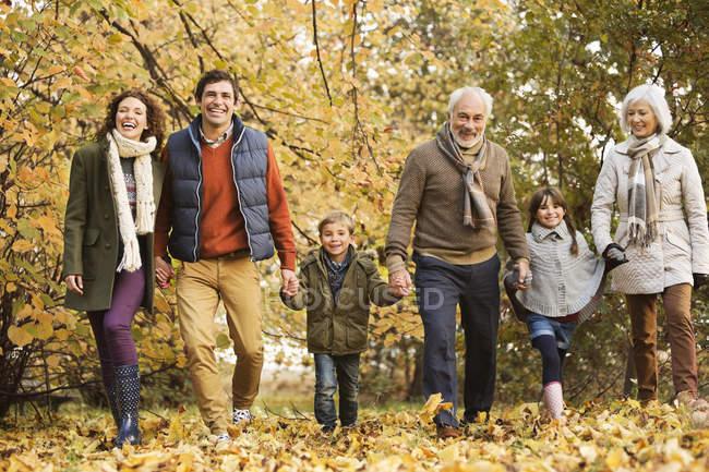 Glückliche Familie spaziert gemeinsam im Park — Stockfoto