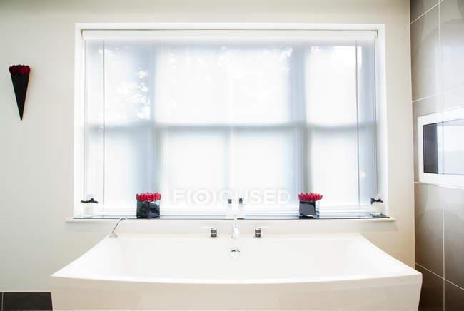 Waschbecken und Fenster im modernen Badezimmer — Verwöhnen ...