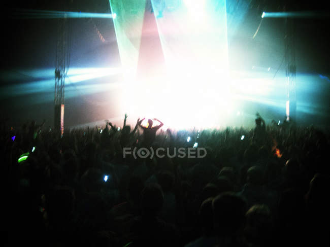 Вентиляторы с видом освещенной сцене — стоковое фото