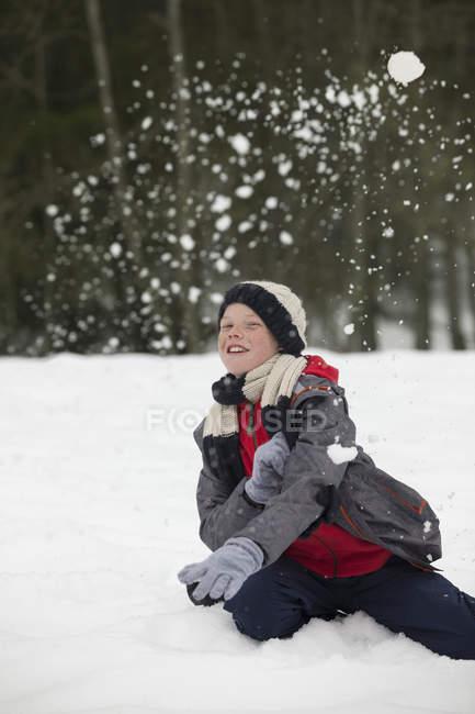 Портрет щасливі хлопчик, насолоджуючись сніжки — стокове фото