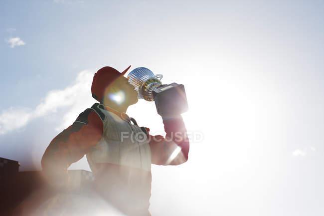 Гонщик цілуватися трофей на треку — стокове фото