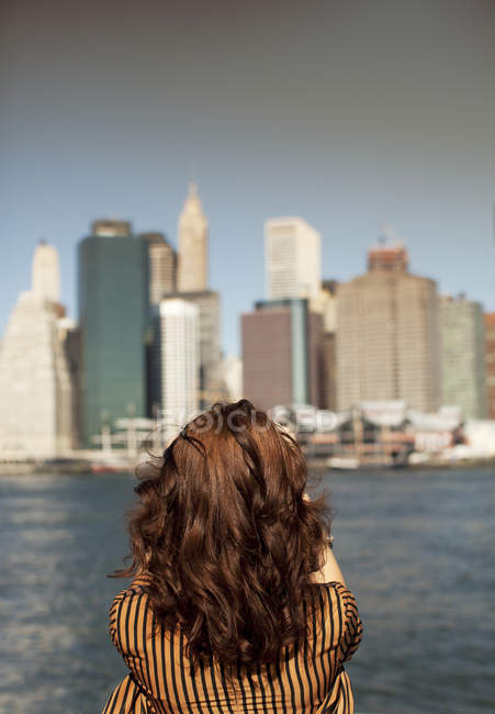 Mujer tomando fotos de paisaje urbano - foto de stock