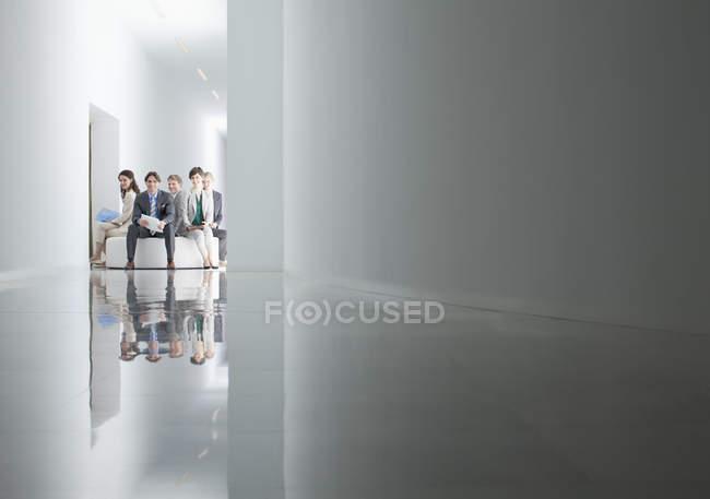 Портрет деловых людей, сидящих по кругу в коридоре — стоковое фото