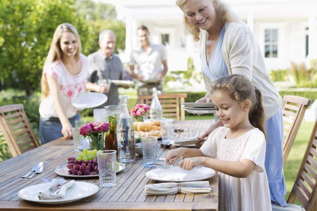 Щасливого сімейного таблиці на відкритому повітрі — стокове фото