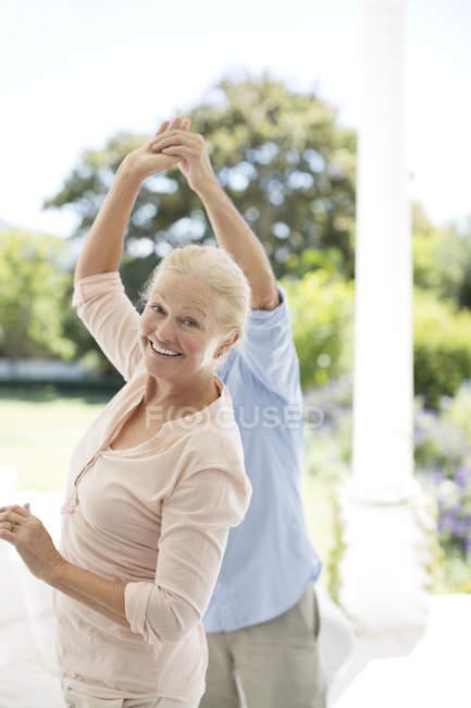 Sénior casal caucasiano dançando no pátio — Fotografia de Stock