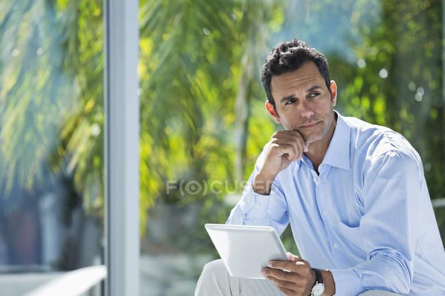 Бізнесмен, за допомогою планшетного комп'ютера на сучасні офісні — стокове фото