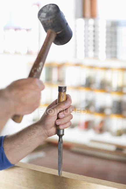 Кадроване зображення людини, що працюють в майстерні — стокове фото