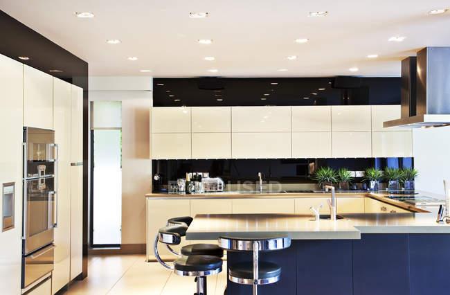 Balcões e mesa na cozinha moderna — Fotografia de Stock