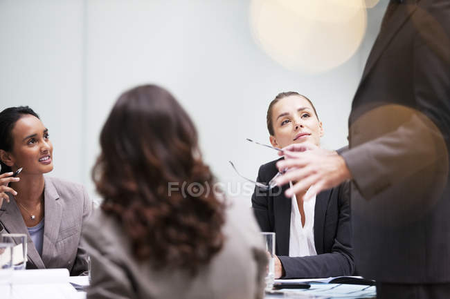 Reunião de empresários na sala de conferências do escritório moderno — Fotografia de Stock