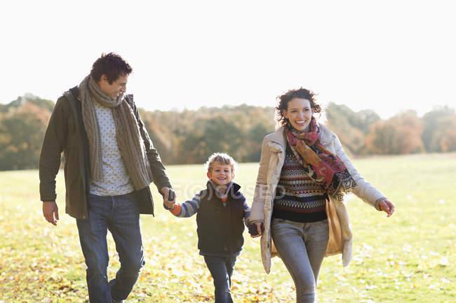 Família feliz andando juntos ao ar livre — Fotografia de Stock