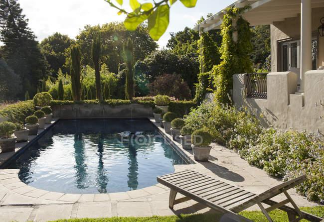 Luxury villa and swimming pool — Stock Photo