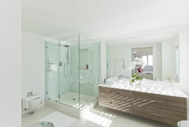 Moderna casa de banho dentro de casa durante o dia — Fotografia de Stock