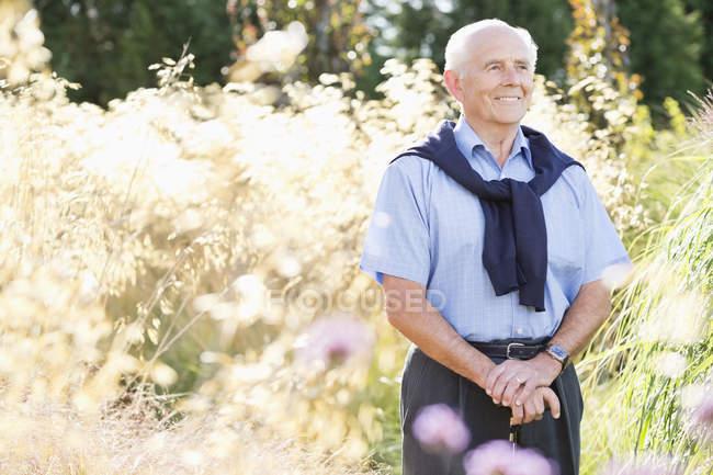 Älterer Mann lächelt im Freien — Stockfoto
