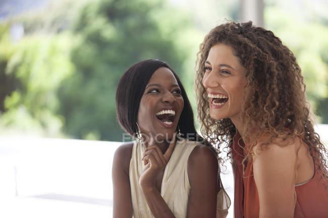 Jeune attrayant les femmes riant ensemble à l'extérieur — Photo de stock