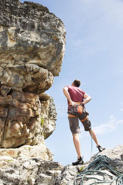 Visão traseira do alpinista examinando a formação de rocha — Fotografia de Stock