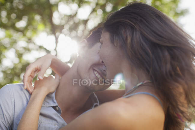 Gros plan de couple heureux embrassant la nature — Photo de stock
