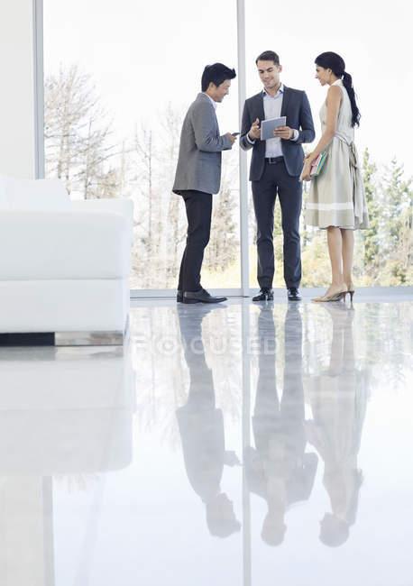 Gente de negocios hablando en la oficina moderna - foto de stock