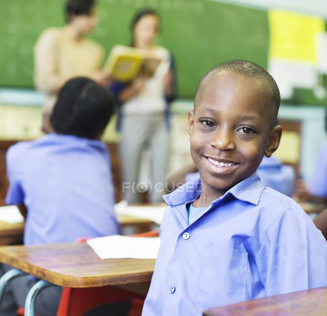 Étudiant afro-américain souriant en classe — Photo de stock