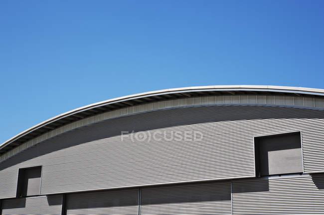Telhado curvo e céu azul — Fotografia de Stock