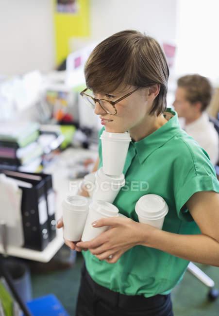 Geschäftsfrau Ausgleich Kaffeetassen im modernen Büro — Stockfoto