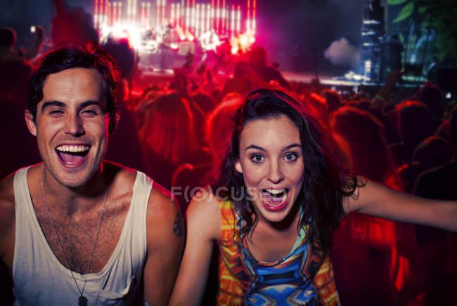 Pareja entusiasta animando en el festival de música - foto de stock