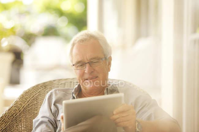Старший чоловік, використовуючи цифровий планшетний патіо — стокове фото