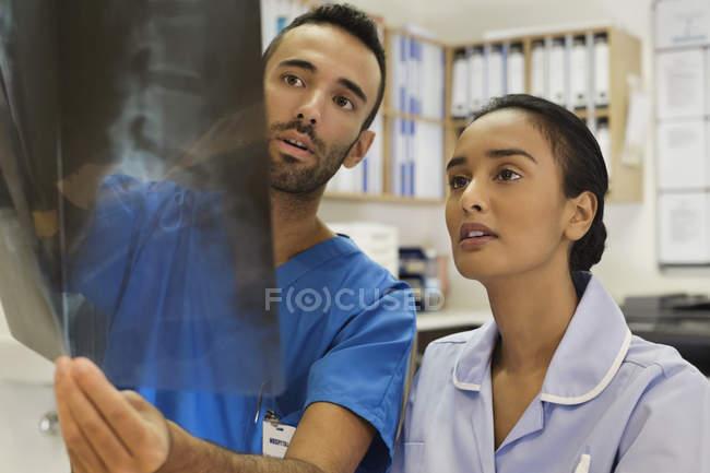 Медсестры, изучения рентгеновских лучей в современной больницы — стоковое фото